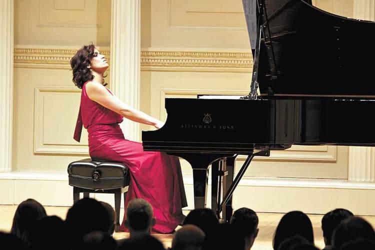Pianista Simone Leitão faz recital no Teatro Bradesco