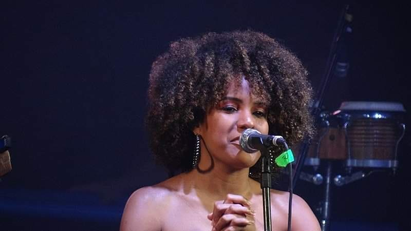 Homenageando raízes: cantora que participou do Fenac representa música do norte do país