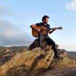 Após 20 anos como multi-instrumentista, Renato Savassi lança Devir